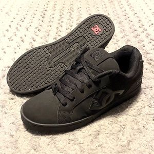 Womens DC shoes paid $68 size 10 Like new!